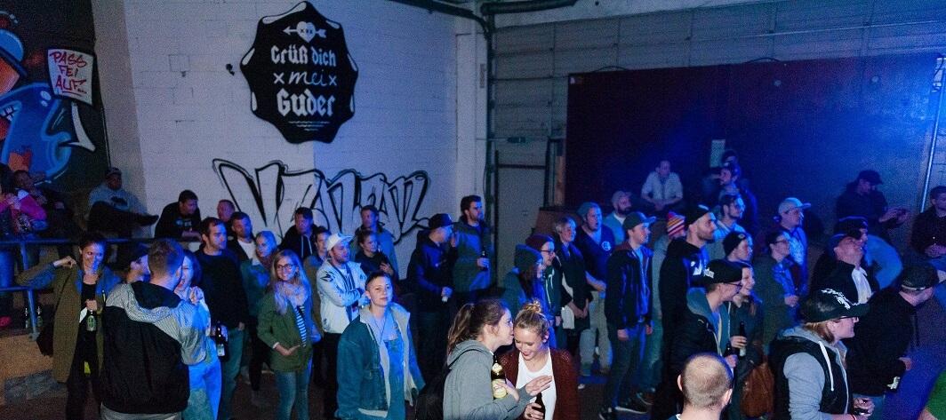 Grüß dich mei Crowd. Company Slow live im Cafe Q. Indoor Skateramp. Cafe Q. Live Rap Coburg.